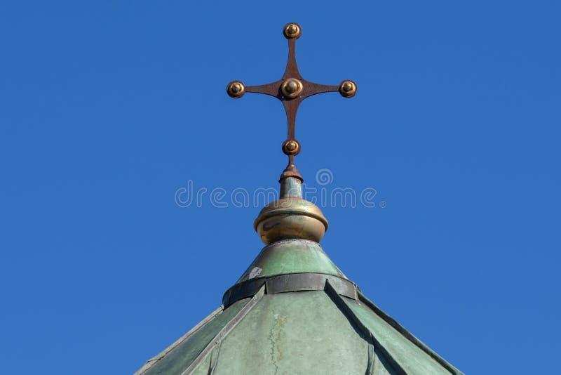 Zagreb, Croacia - octubre de 2018 Top de la capilla en el cementerio con la cruz cristiana en el día soleado pacífico en otoño imágenes de archivo libres de regalías