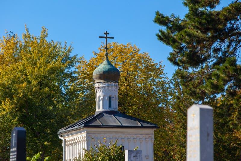 Zagreb, Croacia - octubre de 2018 Top de la capilla en el cementerio con la cruz cristiana en el día soleado pacífico en otoño fotografía de archivo libre de regalías