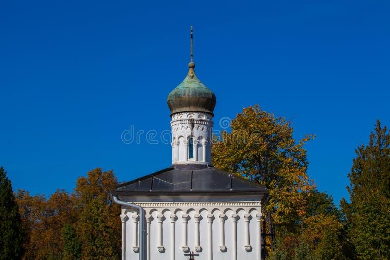 Zagreb, Croacia - octubre de 2018 Top de la capilla en el cementerio con la cruz cristiana en el día soleado pacífico en otoño fotografía de archivo