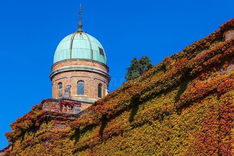 Zagreb, Croacia - octubre de 2018 Top de la capilla en el cementerio con la cruz cristiana en el día soleado pacífico en otoño imagen de archivo