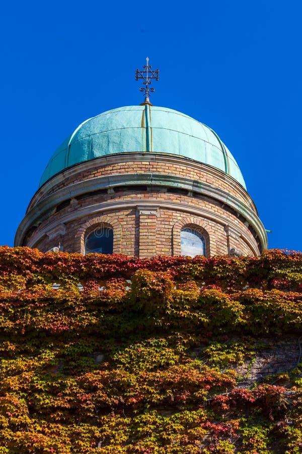 Zagreb, Croacia - octubre de 2018 Top de la capilla en el cementerio con la cruz cristiana en el día soleado pacífico en otoño foto de archivo