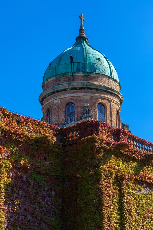 Zagreb, Croacia - octubre de 2018 Top de la capilla en el cementerio con la cruz cristiana en el día soleado pacífico en otoño fotos de archivo libres de regalías
