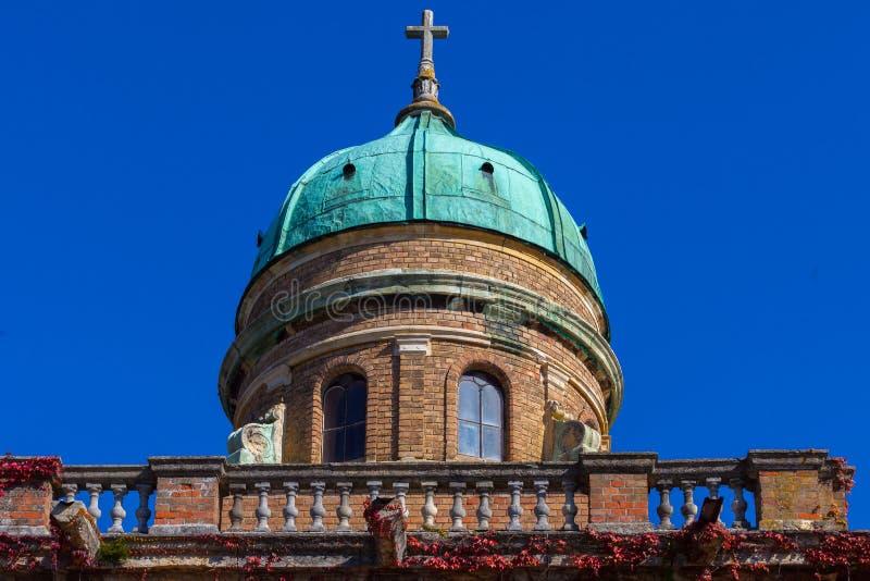 Zagreb, Croacia - octubre de 2018 Top de la capilla en el cementerio con la cruz cristiana en el día soleado pacífico en otoño fotos de archivo