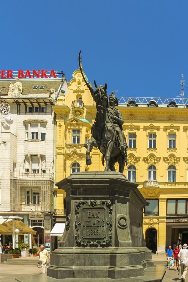 Zagreb, Croacia - 2013: Una estatua grande de la prohibición Josip Jelacic en un caballo situado en el cuadrado de Ban Jelacic, c foto de archivo