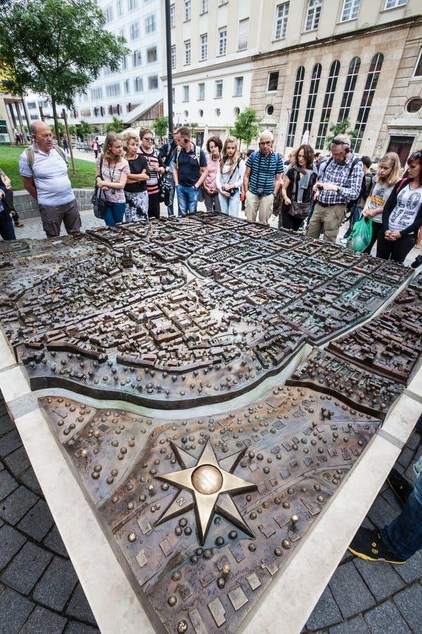 Zagreb, Croatie plan de l'étage 3d, rose de boussole et touristes au centre historique photo libre de droits