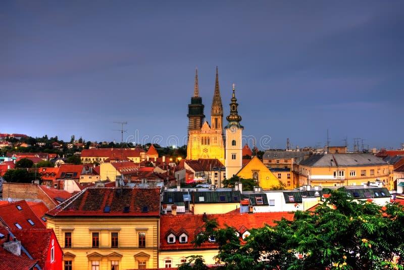 Zagreb in de avond royalty-vrije stock foto