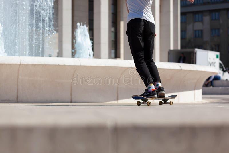 ZAGREB, DIPLÔMÉ ZAGREB/CROATIE - 04/16/2019 : Jeune planchiste urbain patinant devant la fontaine et le pavillon de Mestrovic photos stock