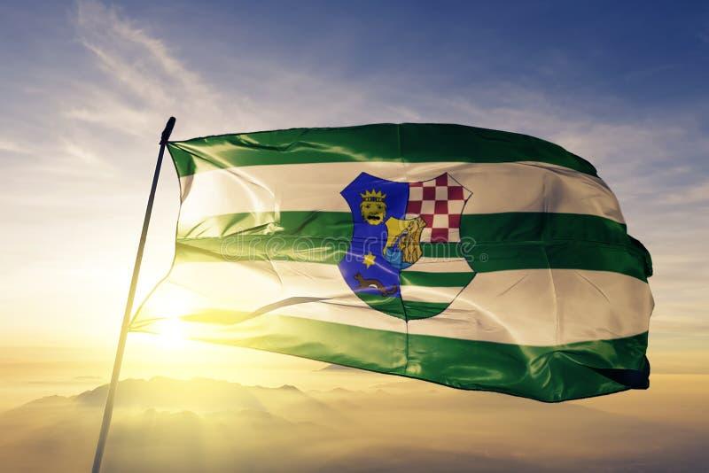 Zagreb-Grafschaft des Kroatien-Flaggentextilstoffgewebes, das auf den Spitzensonnenaufgangnebelnebel wellenartig bewegt vektor abbildung