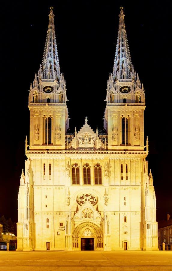 Zagreb-Kathedrale nachts, Kroatien lizenzfreie stockfotos