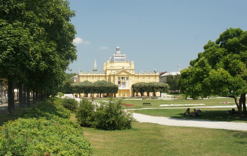 Zagreb, Kroatië - 07/19/2015 - Kunstpaviljoen en fontein, mooie architectuur, zonnige dag stock afbeeldingen