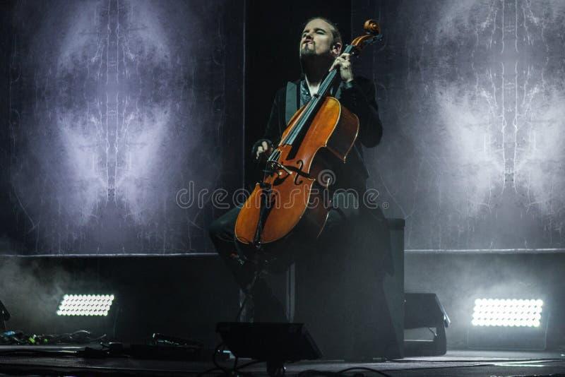 """Zagreb KROATIEN†""""April 3, 2017: Finlandssvenska musikbandApocalyptica plommoner royaltyfri foto"""