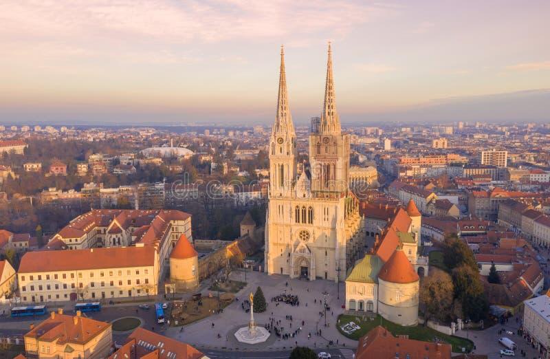 ZAGREB, KROATIEN - 30 DECEMBER, 2019: Zagrebkatedral i Kroatien Det ligger på Kaptol, är en romersk-katolsk institution och royaltyfri bild