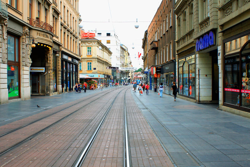 Zagreb Kroatien - den huvudsakliga stadsgatan med shoppar och trafiktecken royaltyfri fotografi