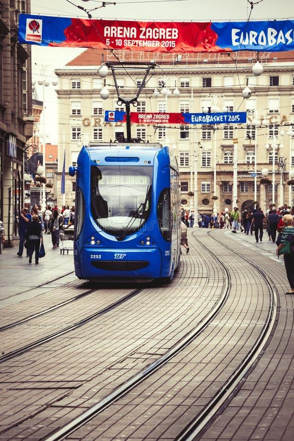 Zagreb Kroatien Gatafolkmassa och spårvagn arkivbilder