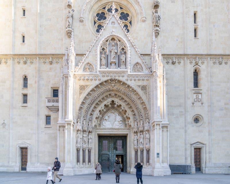 ZAGREB, KROATIEN - JANUARI 06, 2020: Zagrebkatedral i Kroatien Det ligger på Kaptol, är en romersk-katolsk institution och royaltyfri bild