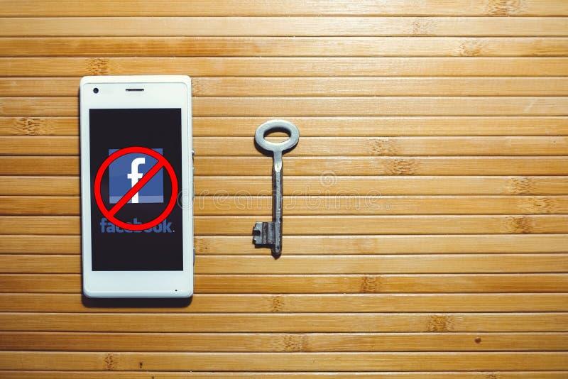 Zagrożenie bloking i zakazywać facebook, utajnianie klucze lokalizuje obok telefonu obrazy royalty free