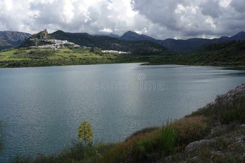 Zahara de la Sierra del dep?sito en Andaluc?a, Espa?a fotos de archivo