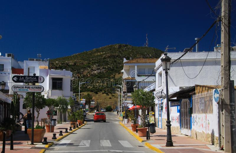 ZAHARA DE LOS ATUNES COSTA DE LA LUZ, SPANJE - JUNI, 19 2016: Weergeven op de hoofdweg van het dorpscentrum met toerist stock foto's