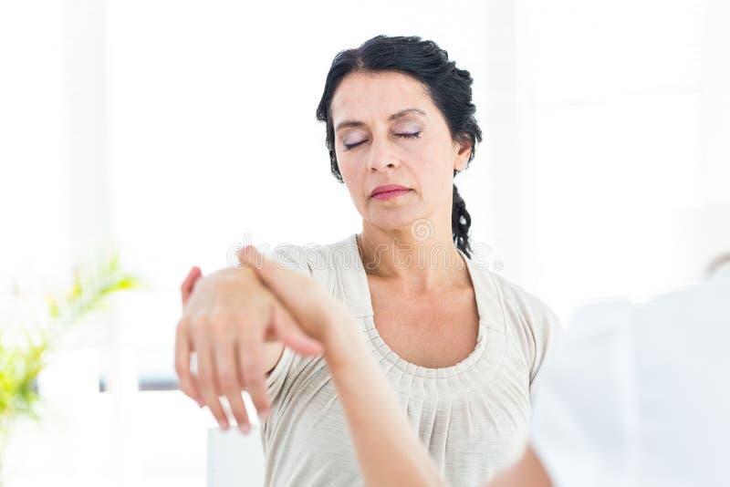 Zahipnotyzowana kobieta z jej terapeuta fotografia royalty free