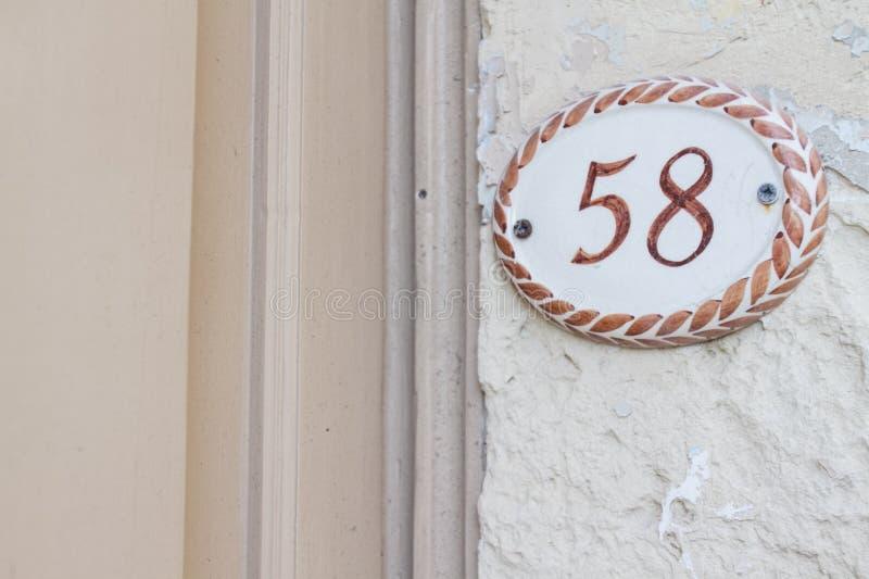 Zahl auf einer Wand stockbild