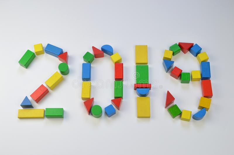 Zahl des Jahres 2019 mit bunten Spielzeugholzklötzen lizenzfreie abbildung