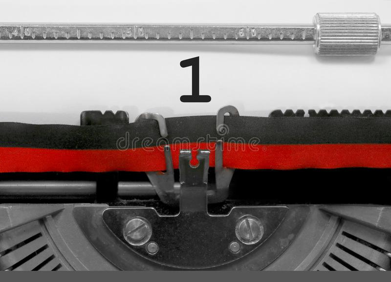 1 Zahl durch die alte Schreibmaschine auf Weißbuch stockbilder