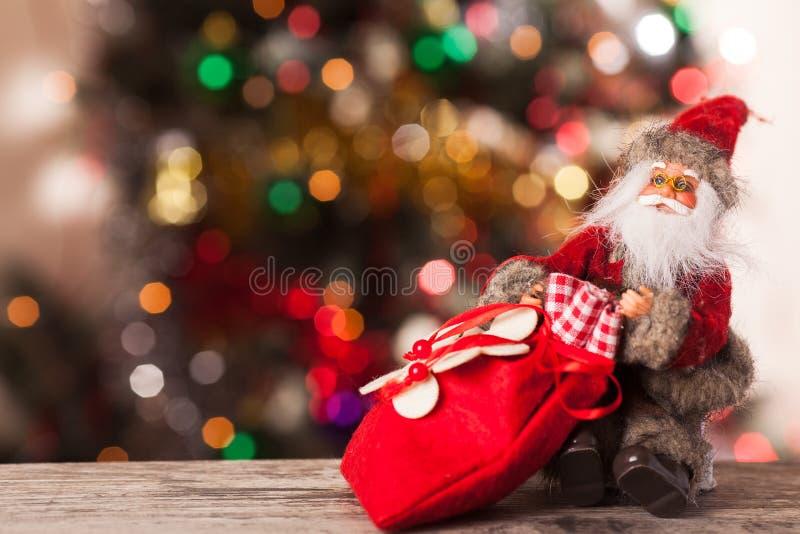 Zahl von Sankt mit einer Tasche von Geschenken auf dem boke lizenzfreies stockfoto