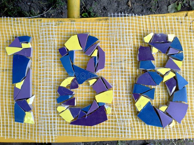 Zahlen acht und eins mit Mosaik lizenzfreie stockfotografie