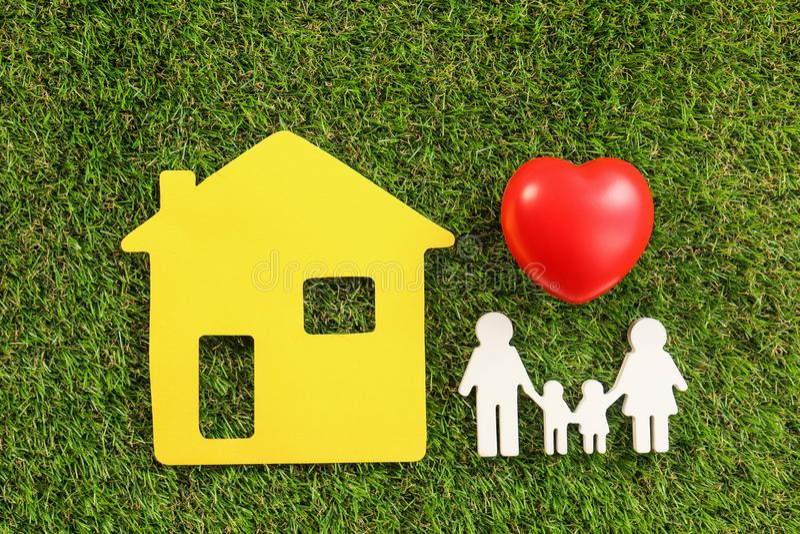 Zahlen der Familie, des roten Herzens und des gelben Hauses auf grünem Gras, flach lizenzfreie stockbilder
