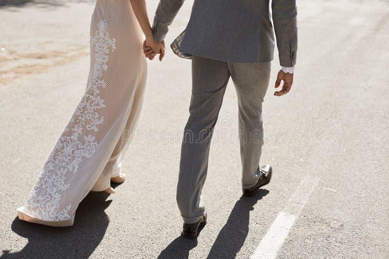 Zahlen eines schönen und modernen Paares der Liebhaber, der jungen Frau in einem Spitzeabendkleid und des hübschen groben Mannes lizenzfreie stockfotografie
