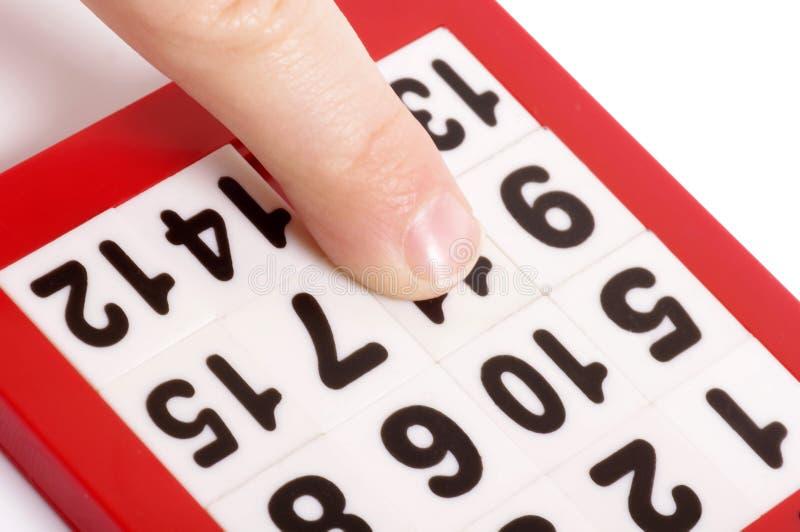 Zahlen Puzzlespiel und Finger stockfotos