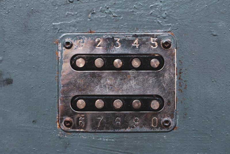 Zahlknöpfe, zum des Türschlosses zu entriegeln Platte mit Zahlen auf der alten Metalltür Unlocker-Knöpfe auf Metalltür Numerische lizenzfreie stockfotos