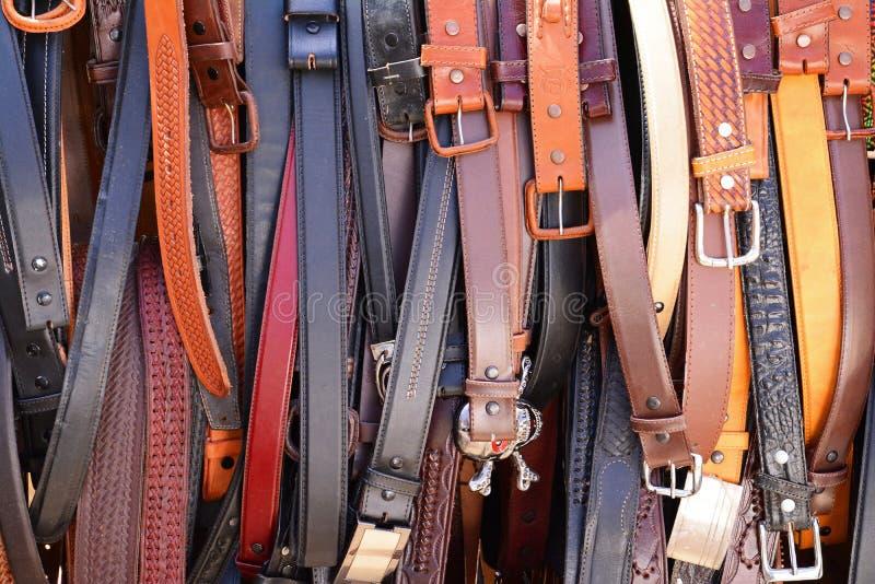 Zahlreiche Hand entwarf Ledergürtel/Schnallen auf Anzeige stockfoto