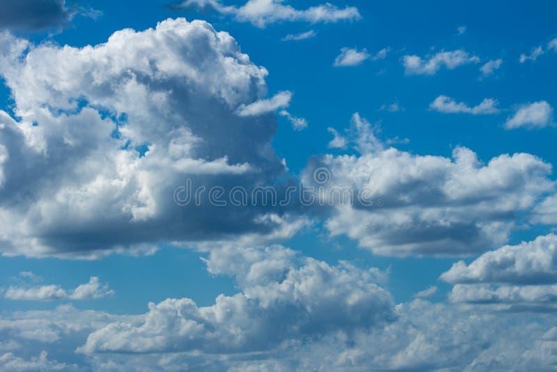 Zahlreiche weiße Sturmwolken Kumuluswolken stockbild
