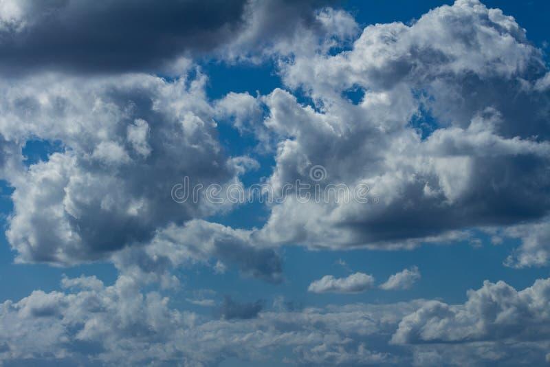 Zahlreiche weiße Sturmwolken Kumuluswolken lizenzfreies stockfoto