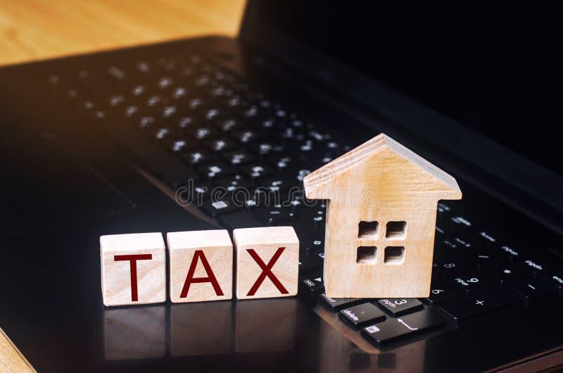 Zahlung der Vermögenssteuer und der Immobilien durch das Internet elektronische Form der Erklärung auf Einkommen und Gewinnen abh lizenzfreie stockfotografie