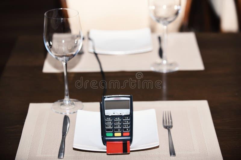 Zahlung mit Kreditkarte Kreditkarteanschluß auf Platte lizenzfreies stockbild