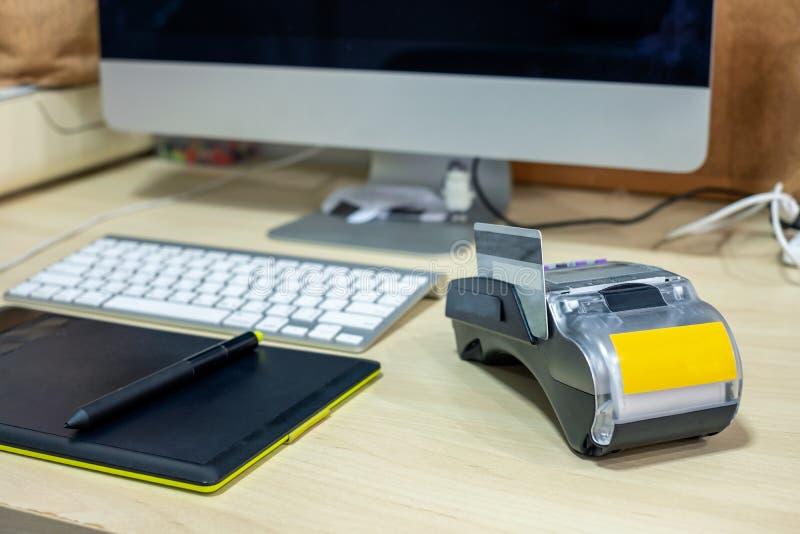 Zahlungsanschluß mit intuos zeichnen und Bildschirm auf Schreibtisch stockbild
