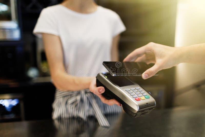 Zahlungsgeschäft mit Smartphone stockbild
