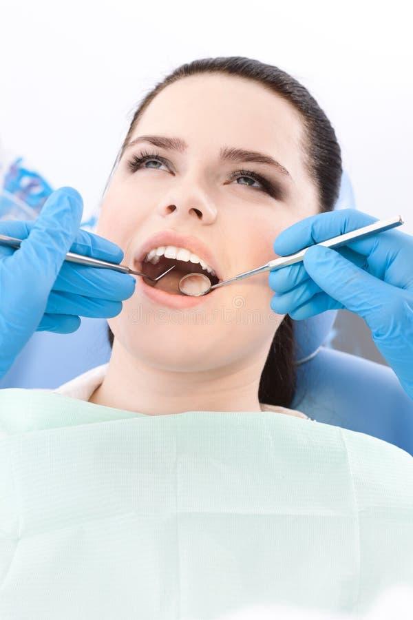 Zahnarzt überprüft die dentes des Patienten stockbilder