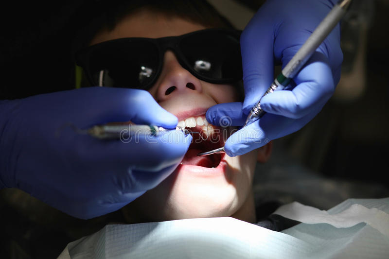Am Zahnarzt stockbild