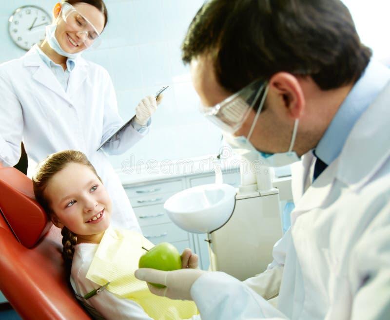 Am Zahnarzt lizenzfreies stockbild