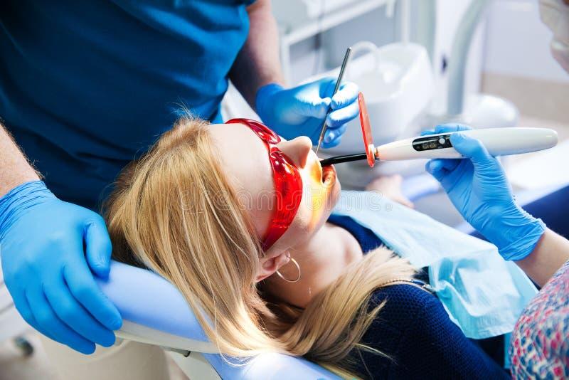 Zahnarzt behandelt Zähne stockfoto