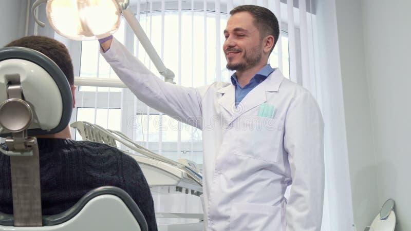 Zahnarzt bereitet sich für Ernennung des Patienten vor stockbild