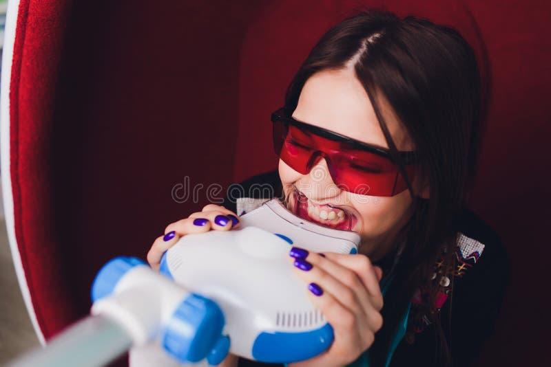 Zahnarzt, der die weiblichen geduldigen Frauenz?hne ?berpr?ft an der Zahnarztzahnwei?ung kuriert E lizenzfreie stockfotografie