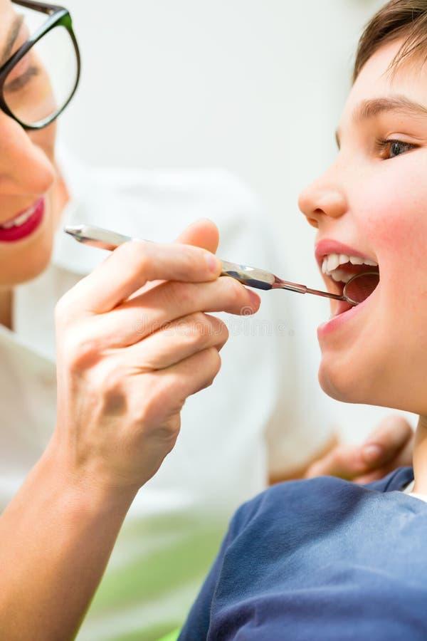Zahnarzt, der geduldigen Rat gibt stockfotografie