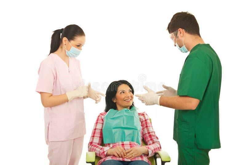 Zahnarzt, der Gespräch mit Patienten hat lizenzfreies stockbild