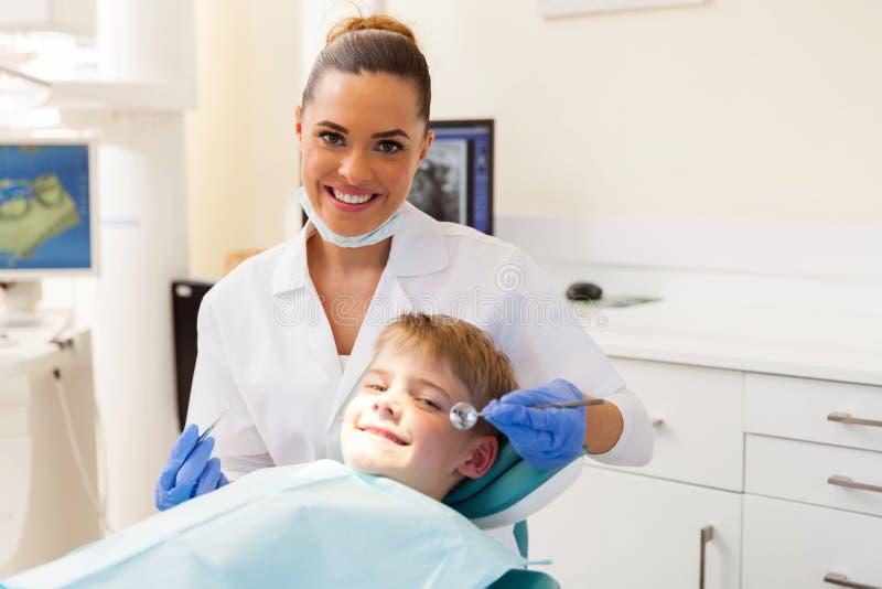 Zahnarzt, der kleinen Patienten konsultiert stockbilder