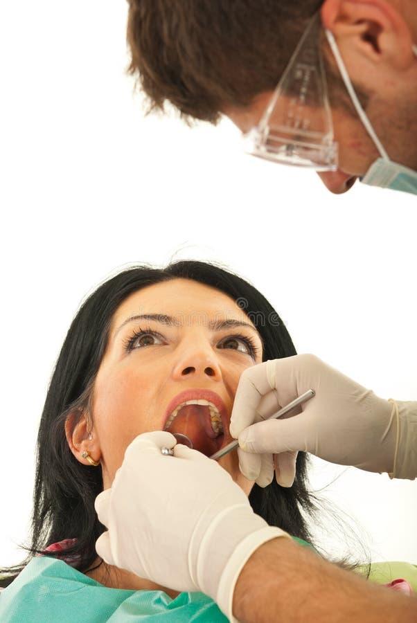 Zahnarzt, der mit Patienten arbeitet lizenzfreie stockfotos
