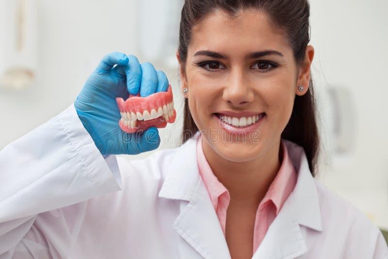 Zahnarzt, der zahnmedizinische Form hält lizenzfreie stockfotos